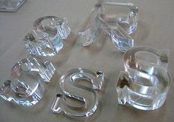 【レーザー加工のベルテックレーザ株式会社】「色板不透明アクリル・厚みのあるアクリル樹脂・透明S字」です。