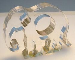 【レーザー加工のベルテックレーザ株式会社】「透明アクリルのレーザー切断面・象」です。